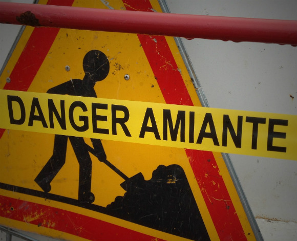 Placa alertando o perigo de se trabalhar com amianto e por isso ter direito a aposentadoria especial.