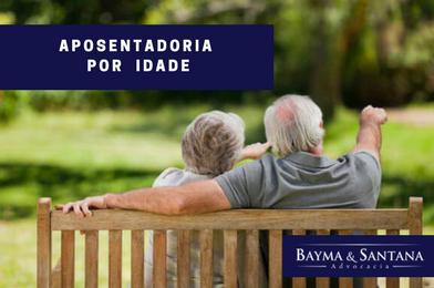 Casal de idosos sentados num banco, aproveitando sua aposentadoria por idade.